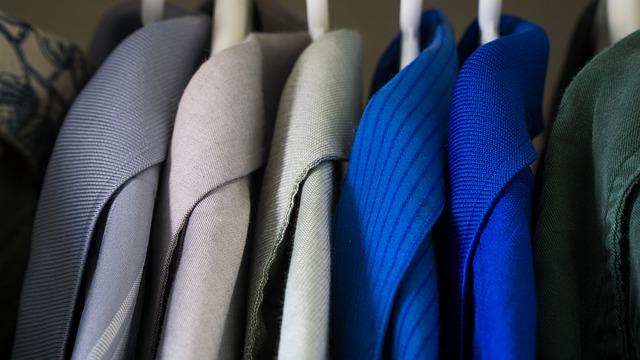 niebieska koszula męska stylizacje